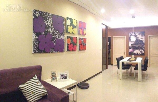 4.安迪沃荷的花朵畫作,色調活潑替室內增添生氣。