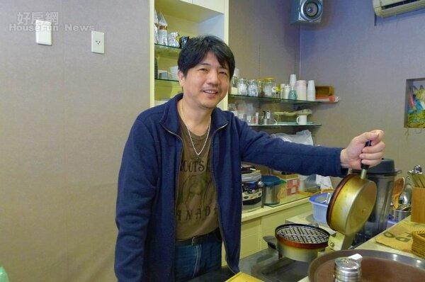 3.陳鎔有時也會在店內幫忙,親手製作鬆餅。