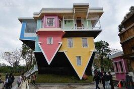 華山藝文特區內,怎會看到一棟倒過來的房子?華山顛倒屋正式開場,展期從2月6日~7月22日