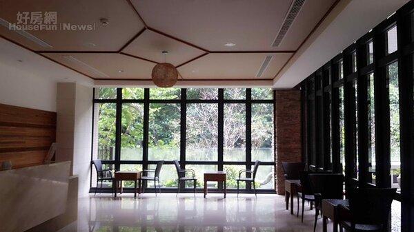 2.大廳設計良好,窗外綠意扶疏。