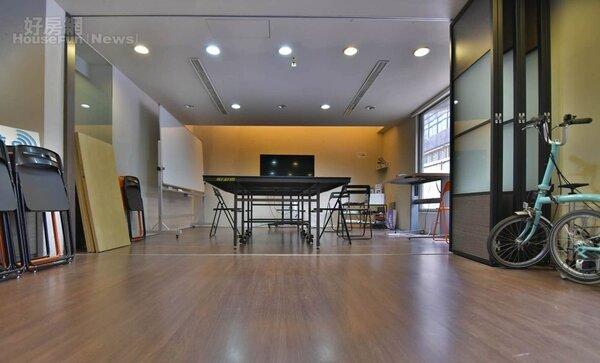 3.以摺疊式拉門將會議室與客廳做出區隔,同時也提高整體空間使用彈性。