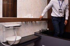 獨立浴室,同時設有扶把,讓老人可以輕鬆行走與站起