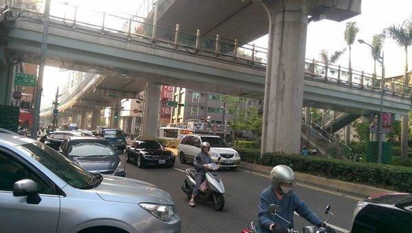 市府站-內科小黃共乘今上路。(好房網News記者賈蓉/攝影)