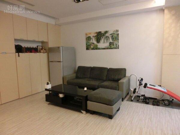 3.網路紅人潔哥的小窩走木製家具風,搭配白色牆壁簡單潔淨。