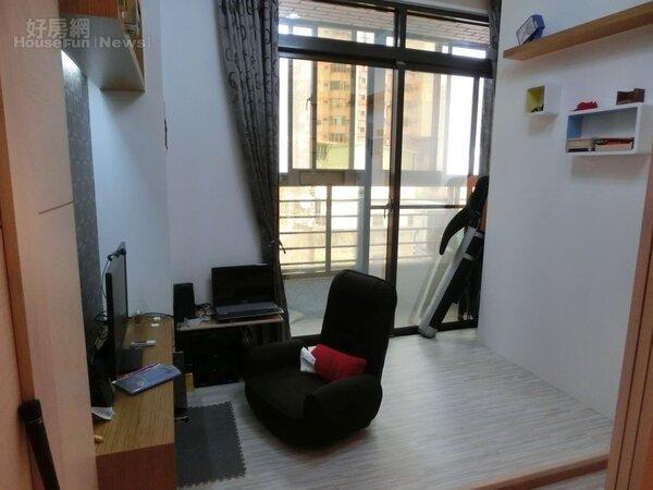 5.客廳旁的和式房,潔哥當作書房,書房外還有個小陽台,另有一番天地!