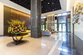 看完了精緻的室內裝潢後,接著來看看公設部分。這個建案本身擁有超大的迎賓大廳,而且挑高八米,整體裝潢規劃與佈置像極了五星級飯店般的質感。