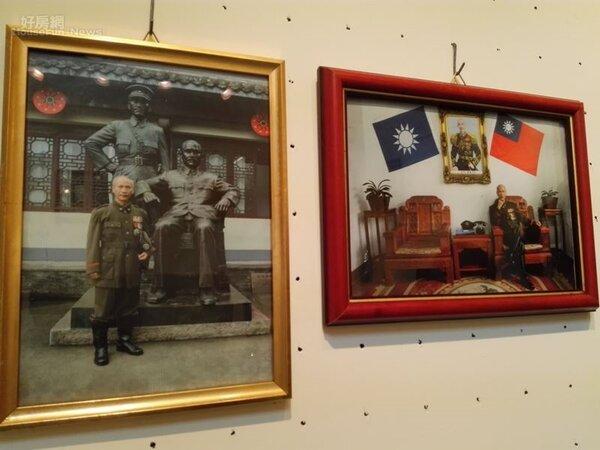 4.謝棟樑著軍裝在浙江省奉化市蔣氏故居,與自己的作品合影。
