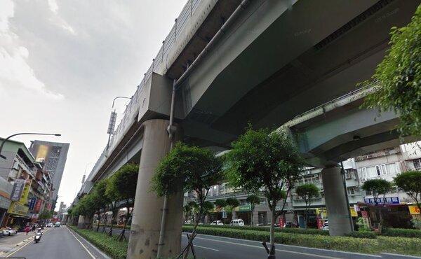 民生路上的住戶深受共振效應所擾,只要有車輛經過64快速道路,家裡就宛如地震一般。(翻攝自google map)