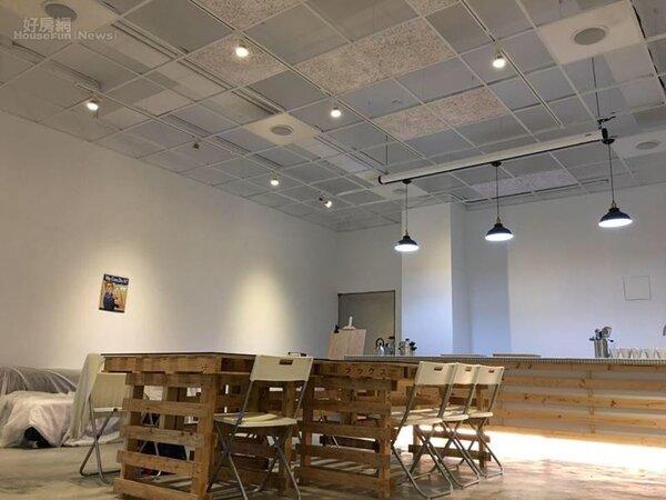 3.天花板採輕鋼架,凸顯三米六的挑高,空間洋溢極簡工業風。