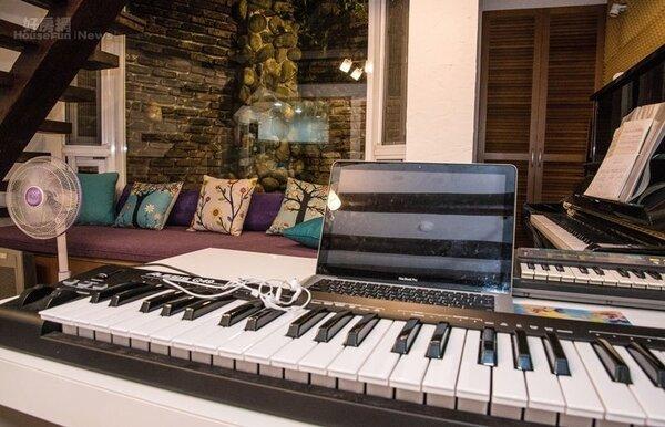 6.沙發旁擺了一架鋼琴與Keyboad桌,宋知恩在家除了上網或發呆,幾乎都待在這裡創作音樂。