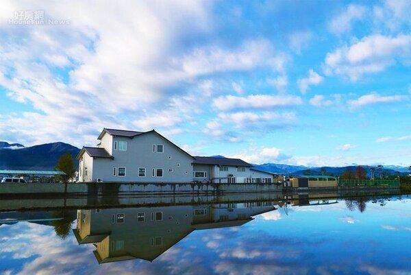 2.「莉丰慧民V館」白色的主體建築,在宜蘭鄉間格外顯眼。(楊懷民提供)