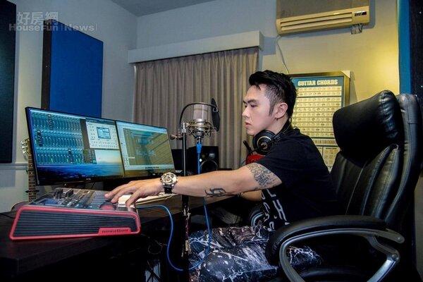 6.錄音室裡可見到混音器、喇叭、麥克風、鍵盤…等器材,大隸表示他經常像照片中這樣窩在錄音間裡做一整天音樂。
