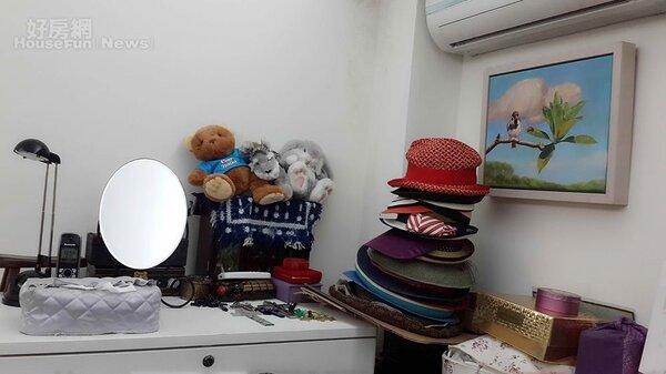 8.帽子和玩偶反映古月的天真夢幻。