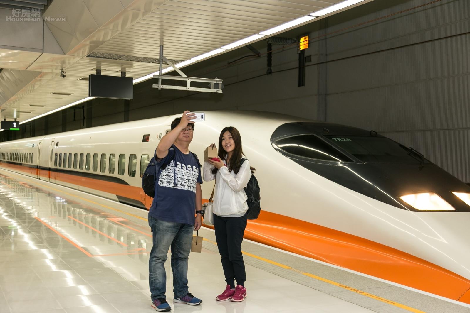情侶開心的站在高鐵列車前合影,紀念也見證歷史的一刻。(好房網News記者張聖奕/攝)