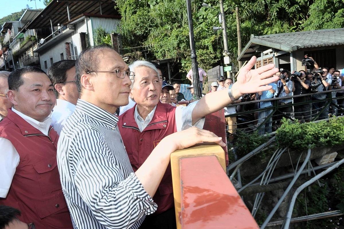 強颱尼伯特來襲,行政院長林全視察烏來(圖/摘自行政院臉書)