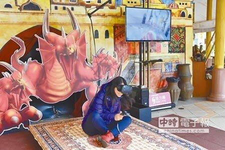 六福村主題遊樂園推出結合VR虛擬實境、飛天魔毯的遊戲,吸引好奇旅客嘗「鮮」。(莊旻靜攝)