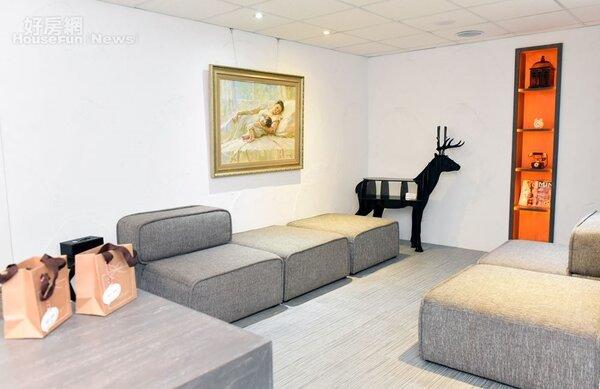 8.休憩區寬敞舒適,角落有如麋鹿的桌子相當特別。