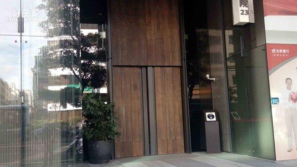 3.一樓大門口隱密,深色木質門面更顯得尊貴。