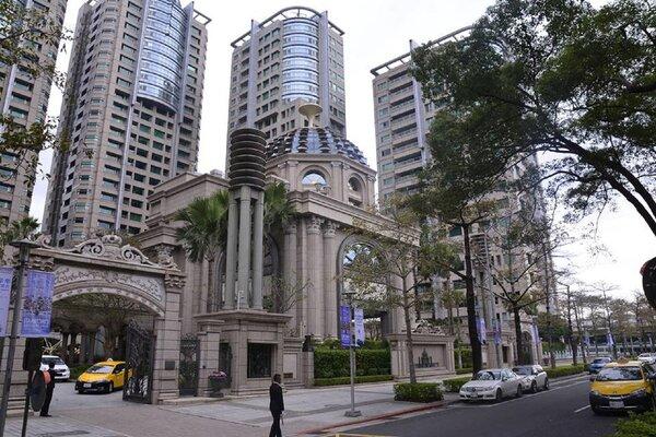 內政部實價登錄顯示,宏盛帝寶最後一次成交價約275萬/坪。(好房網News記者陳韋帆/攝影)