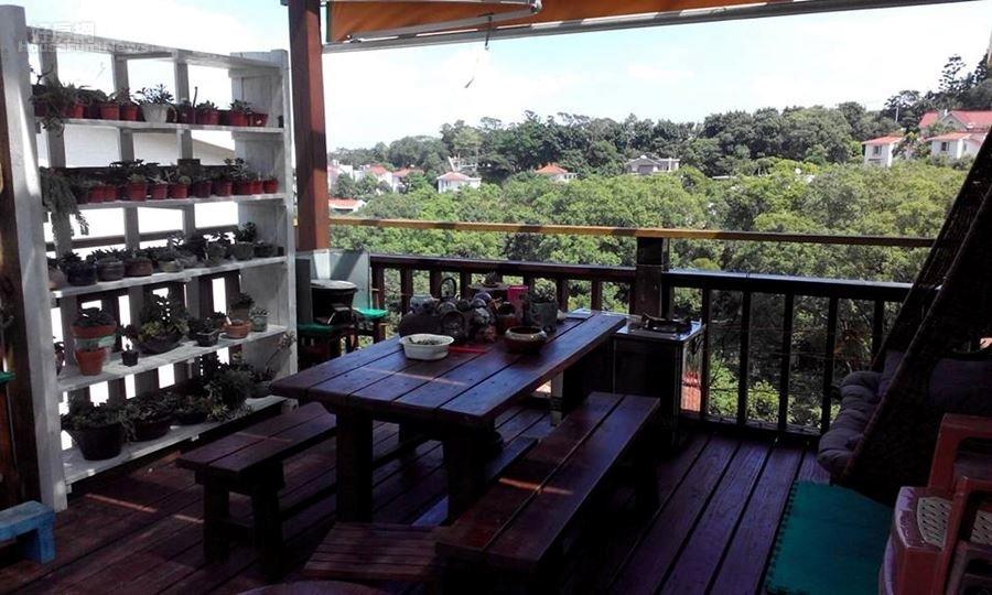 4.陽台上加建一座木造的休閒式聊天大露台,綠意盡收眼底。