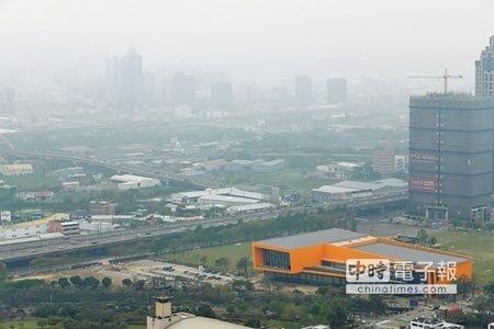 19日中部地區細懸浮微粒(PM2.5)濃度為中度偏高等級,上下午員林、豐原輪流紫爆,台中地區天空灰濛濛。(黃國峰攝)