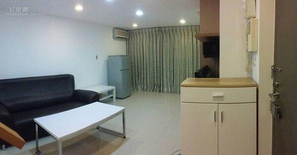 2.邱明玉投資的小套房,客廳附帶基本家具。