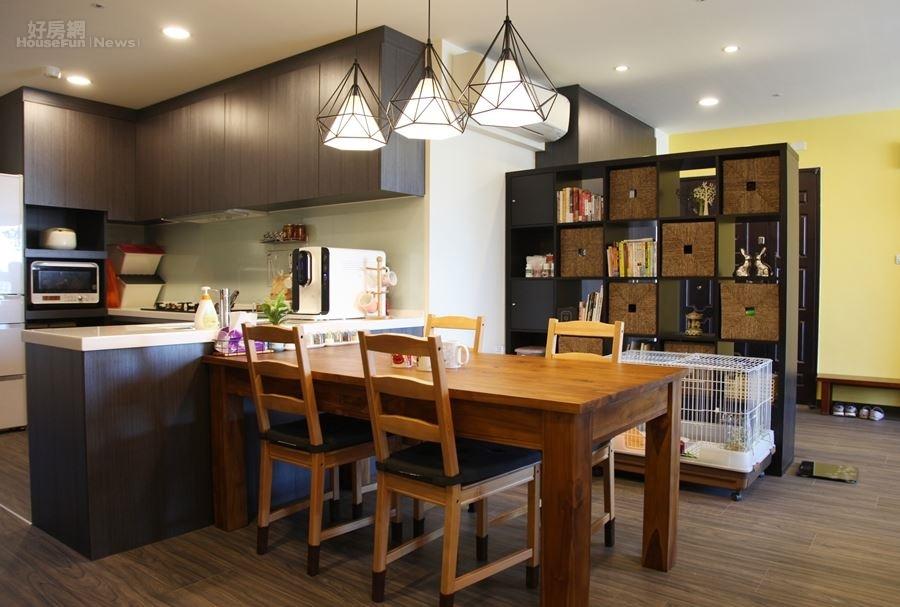 4.不死兔將原本3+1房格局的和室拆掉,改建成開放式廚房,包括流理台、烘碗機…等皆特別訂做。