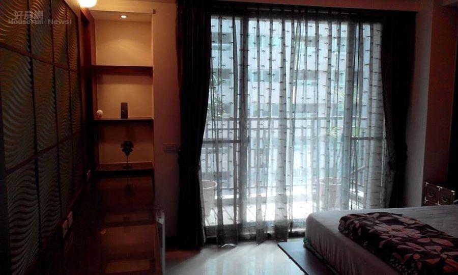 11-12.臥房有大片落地窗,擺設溫馨舒適。