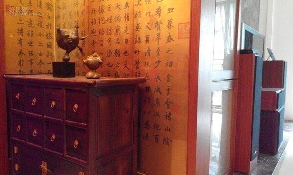 13.進門矮櫃上擺設著十分討好、有趣的銅雕「大、小飛天」。