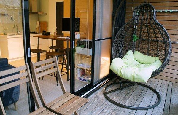 7-8.家裡有個超大南方松露天陽台,天氣好時玉兔會坐在吊椅上享受陽光或溜貓,圍籬高度夠也不怕被看光光。
