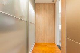 隱藏在主臥室與浴室之間的走道,變成屋主的衣服收納與更衣間。