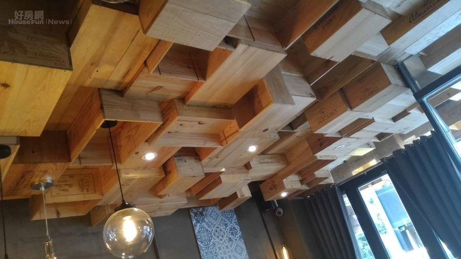2.天花板懸吊式木箱是店內一大特色。
