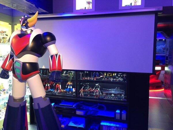 5.有三座大型的無敵鐵金剛系列FRP等身高模型,蒐藏櫃旁有投影機,能在這裡打電玩遊戲,空間收納做的很好。