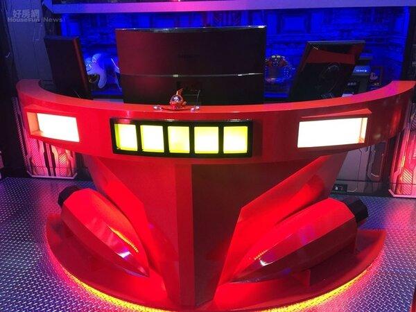 7.戰艦內還有指揮中心,有個指揮艇電腦桌,幾乎按照無敵鐵金剛指揮艇的主要特徵打造,包括桌子中間的黃燈搭配兩旁的白燈。