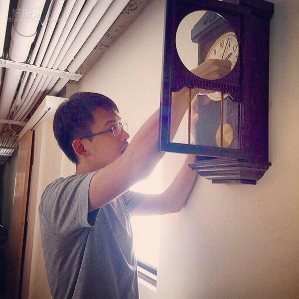 9.賴冠羽悠緩地調著古老小鐘,為生活加溫。