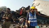 印度火車出軌 至少120死