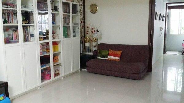 2.邱明玉家客廳,白色櫥櫃收納雜物。