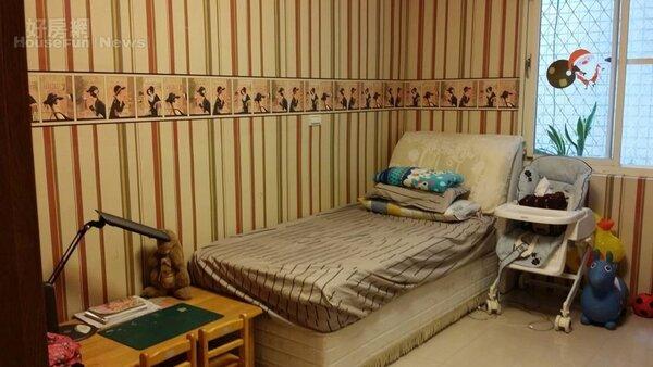 7.邱明玉家的小孩房寬敞,可放下一架鋼琴,壁紙有巧思不單調。