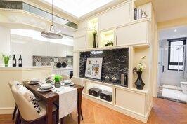 半開放式廚房加上小吧台,是提升裝潢質感最快的方式之一。其中在廚房爐具的牆壁面設計師揚棄以往一成不變的素色磁磚,而是改用具有豐富的彩紋磁磚,整個質感立刻提昇,而這樣的做法並不會多花多少錢。