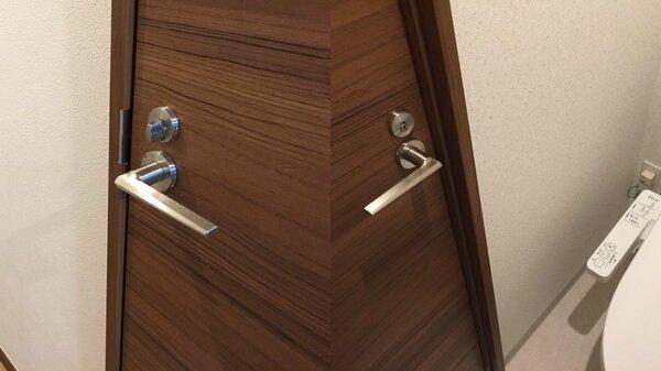 日本一名網友歡喜入住新房後,才發現廁所門鎖裝反了。(翻攝自Twitter)