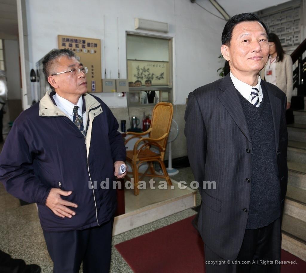 前雄監典獄長陳世志(右)與副典獄長賴政榮(左)因2015年監獄暴動事件過失,司法院公務員懲戒委員會判降級改敘。 圖/報系資料照片