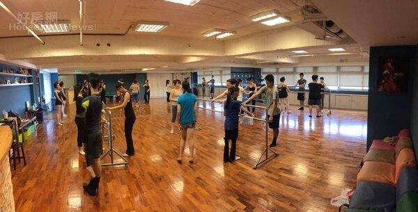 3.舞蹈教室鄰近捷運小巨蛋站,空間十分寬敞。