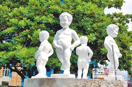 嘉義公園尿尿小童(左圖)來歷不明,但從資料照片顯示,至少有78年。東門圓環新設置的尿尿小童(下圖)則神似比利時布魯塞爾的尿尿小童。(廖素慧攝)