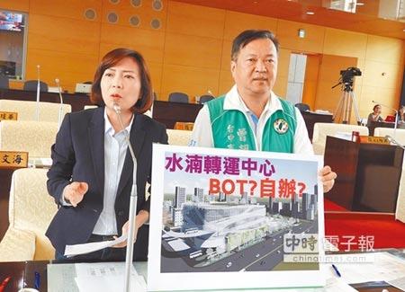 市議員陳淑華(左)、曾朝榮,昨日在交通地政業務質詢時,關心台中各大轉運中心規畫進度。(陳世宗攝)