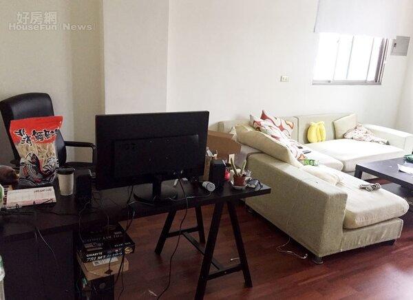 4.二樓主要是客廳,以現成沙發佈置,旁邊還有一個金旼哉專用的工作桌。