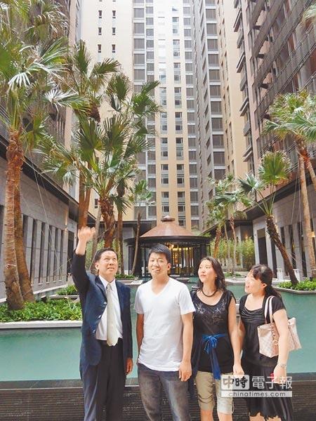 陸客到台中市看房,聽到近百坪豪宅賣8000萬,還說「挺便宜」。(盧金足攝)