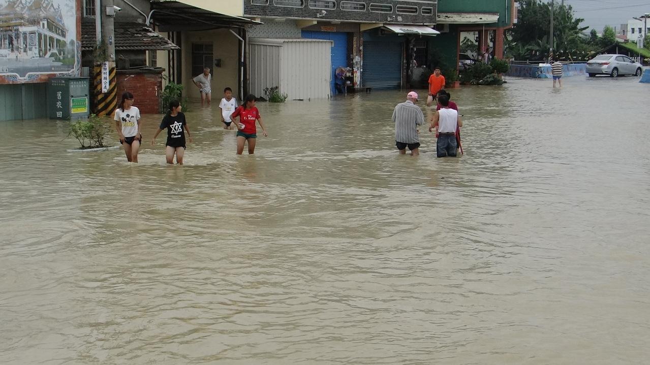 豪雨強襲雲林縣,造成多處地區淹水,其中大埤鄉豐田村最為嚴重,全村100多戶受困水中。 記者蔡維斌/攝影