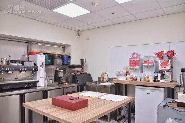 員工訓練教室的咖啡器材陳設。