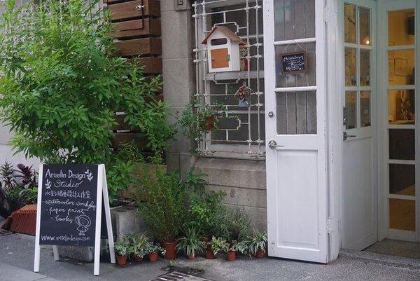 2.工作室門口綠意扶疏,呈現悠閒浮生感。