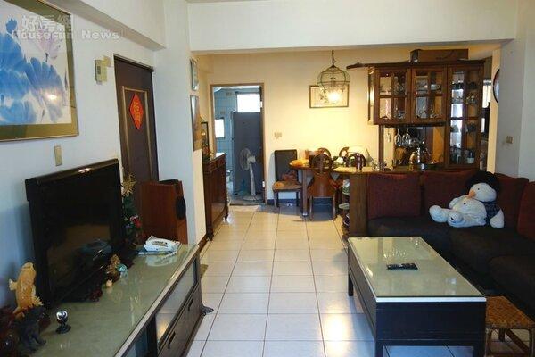 褐色調的客餐廳合一,木製桌櫃和酒櫃協調。